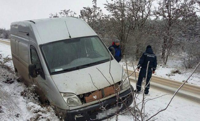 В Крыму в Крещение машины съезжали на обочины и застревали на пляжах