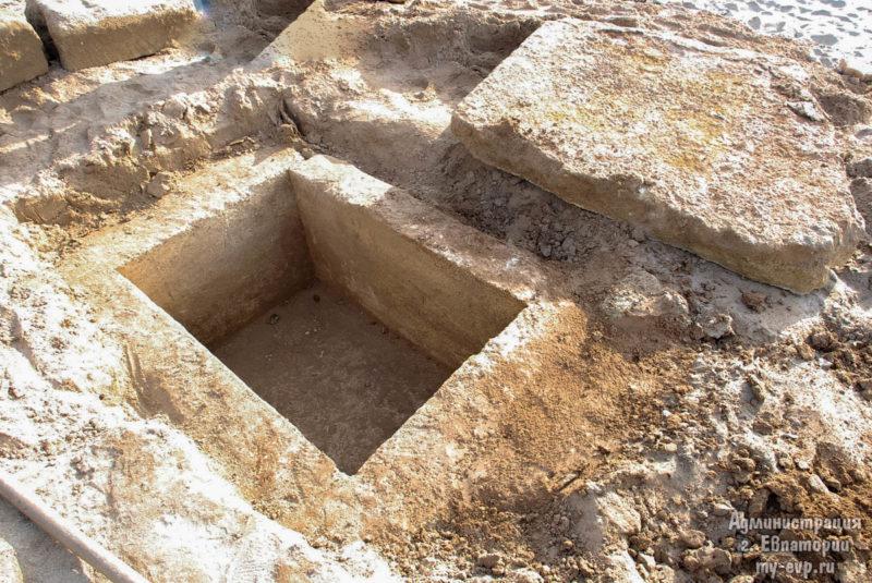 На одном из центральных пляжей Евпатории нашли могилу - захоронение ребёнка