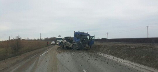 На дороге «Феодосия – Керчь» опрокинулась фура с щебнем