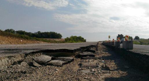 Дожди размыли участок новой трассы между крымскими селами Дубки и Левадки