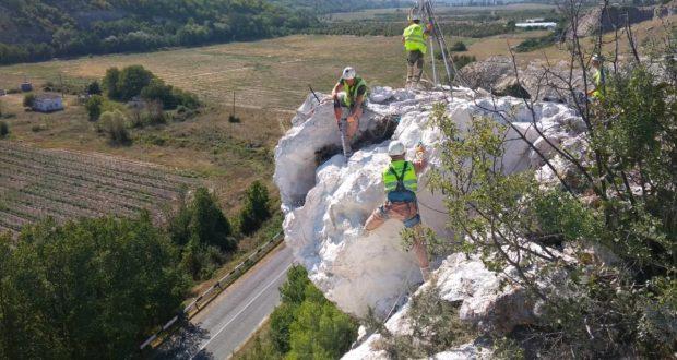 «Крымавтодор» ликвидирует лавиноопасный участок в районе Танкового
