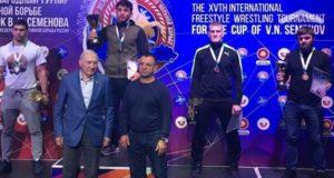 В Нефтеюганске сборная Крыма по вольной борьбе завоевала четыре медали