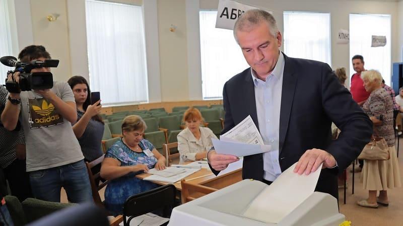 Сергей Аксёнов и Владимир Константинов проголосовали в Симферополе и поселке Научный